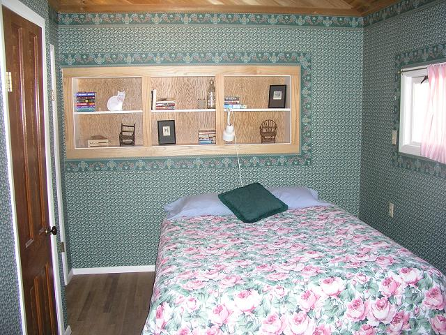 lodge_bed.JPG (91890 bytes)